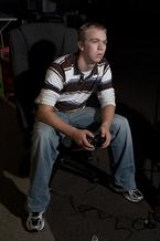 Ein Videospieler an einer LAN-Party. Aus der Serie Gamers von Todd Deutsch