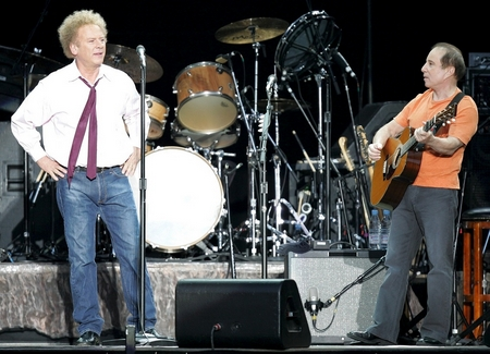 Paul Simon und Art Garfunkel Stadion St. Jakobspark in Basel, Switzerland, Thursday, July 29, 2004. (KEYSTONE/Markus Stuecklin)