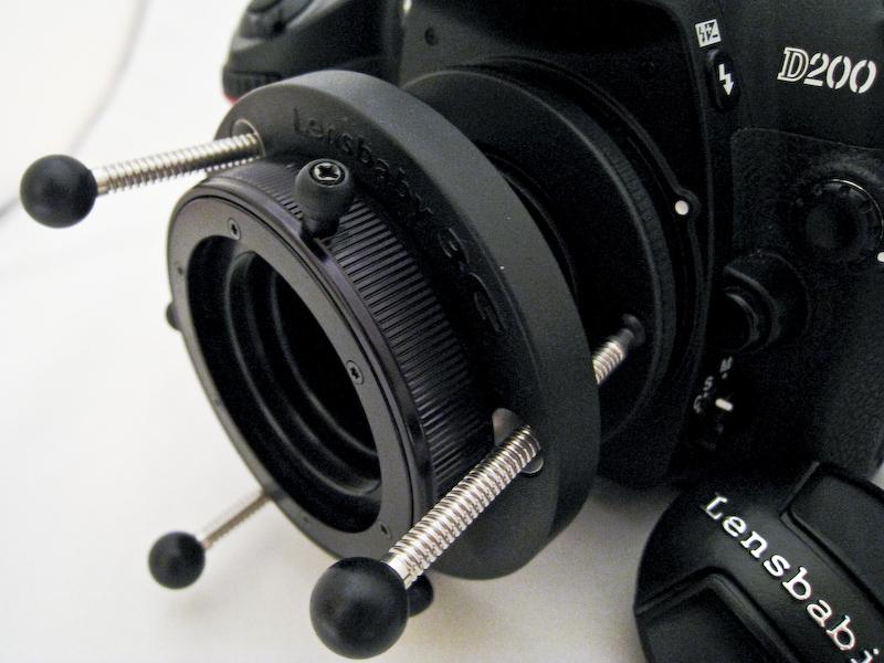 Lensbaby auf Nikon D200 Der Schärferegler, der sich in zwei Richtungen drehen lässt.