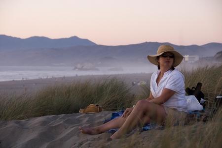 Porträt: Kathy am Strand von Ocean Beach, San Francisco