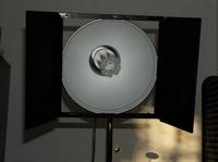 75-Watt-Energiesparlampe in Halterung mit Theaterklappen