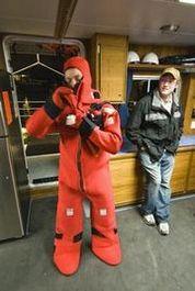 Seenot-Rettungsübung am frühen Morgen auf einem US-Forschungsboot (Copyright P. Sennhauser)
