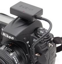 Das di-GPS von Dawntech auf einer Nikon D300. Es muss nicht im Blitzschuh montiert, sondern kann auch am Tragriemen festgemacht werden.