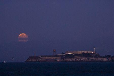 Aufgehender Mond hinter Alcatraz (© PS)