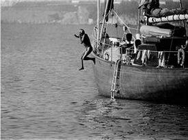 Daniel Angeli: Giovanni Agnelli springt von seinem Boot, St. Tropez 1977, Courtesy Agence Angeli