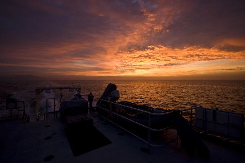 Sonnenaufgang über San Francisco. Angesichts solcher Himmel sollte man nicht zu faul sein, sich zum über die Reling des Schiffs zu beugen (ich ärgere mich heute noch). (© P. Sennhauser)