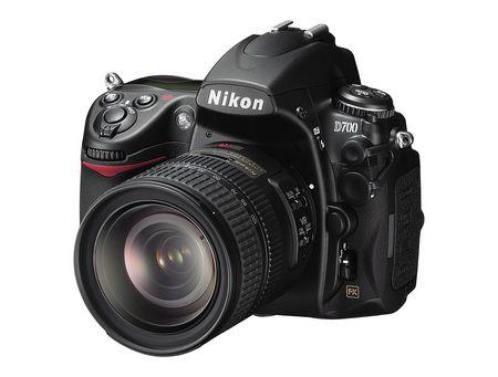 Nikon D700 mit Nikkor 24-120: Abgesehen vom FX-Emblem Frontal nicht von der D300 zu unterscheiden.