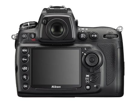 Nikon D700, Rückseite: Abgesehen von einigen Details wie dem Sucher ist das Gehäuse der D700 identisch mit dem der D300
