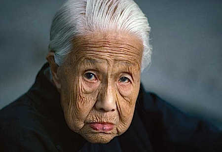 Thomas Hoepker: Alte Frau in der Verbotenen Stadt, Beijing, 1984