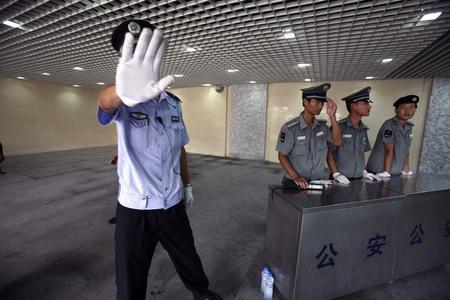 Ein Polizist wehrt einen Fotografen an einem Checkpoint beim Tiananmen-Platz ab. (Keystone / AP / Ng Han Guan)