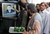 Pakistani beobachten in Quetta, wie Präsident Musharraf seinen Rücktritt ankündigt. (Keystone / AP / Waheed Khan)