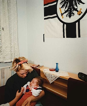 Eva Leitolf: Lichtenhagen, Rostock, 1993