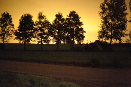 So sah der Himmel bei einem Abgleich auf Tageslicht aus - es ist reflektiertes Kunstlicht vom 10 km entfernten Landsberg/Lech. Die restlichen Aufnahmen wurden daher mit Weißabgleich auf Glühlampenlicht gemacht. Nikon D700 und Zeiss Planar T* 1,4/50 mm, 1:1,4, 1 s, ISO 25600. Für das Auge war es dagegen stockfinster - und grau. (Bild: W.D.Roth)