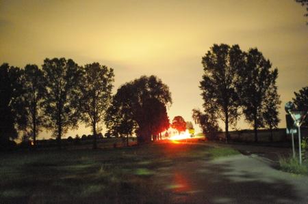 Autorücklichter in der Ferne...auf den ersten Metern noch grünliche Lichtspuren einer etwa 100 m entfernten Quecksilberhochdruck-Straßenlaterne