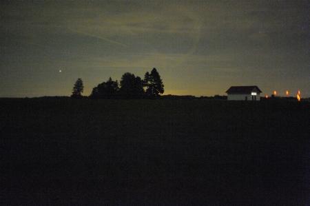 Auch hier erkennt man die Kreissegmente, die das Zeiss Planar T* 1,4/50 mm aus starken Lichtquellen (hier Positionslichter der Sendeantennen der Kurzwellensendestation Wertachtal) erzeugt. Nikon D700 und Zeiss Planar T* 1,4/50 mm, 1:1,4, 1/2 s, ISO 25600. (Bild: W.D.Roth)
