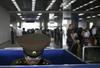 Eine Grenzbeamtin prüft die Pässe Einreisender in Pyongyang, Nord Korea. Risikofreudiger Fotograf: Das Bild sieht nicht gestellt aus. (Keystone / AP / David Guttenfelder)
