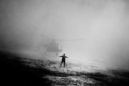 Paolo Pellegrin: Ein Hubschrauber, der von der amerikanischen DEA (Drug Enforcement Administration) und afghanischen Truppen im Kampf gegen Drogen eingesetzt wird. Afghanistan, 2006