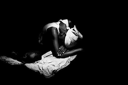Paolo Pellegrin: Ein an Cholera erkranktes Kind und seine Mutter. Luanda, Angola, 2006
