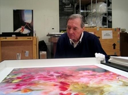 William Eggleston beim Betrachten eines Prints aus der Kyoto Serie. (Bild: Bayrischer Rundfunk/Reiner Holzemer)