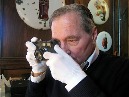 William Eggleston mit einer Leica. (Bild: Bayrischer Rundfunk/Reiner Holzemer)
