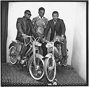 Drei Freunde mit Mopeds, 1975, © Malick Sidibé