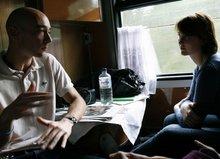 Gespräche unter Journalisten im Zug (© Jan Zappner 2008)