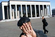 Vor dem Volkspalast oder Sarkophag - Nicht jeder möchte in der Presse erscheinen. (© 2008 Jan Zappner)