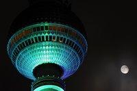 Der Mond in Konkurrenz mit dem zum 'Festival of Lights' beleuchteten TV-Turm am Berliner Alex. Wer weiss, wie schwierig Mondfotografie ist, weiss das Bild zu schätzen. (Keystone / AP / Sven Kaestner)