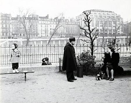 Robert Doisneau: Les Amoureux du Vert-Galant (The Lovers from Vert-Galant), 1950 Fotografische Sammlung, Museum Folkwang, Essen (c) The Estate of Robert Doisneau & Agence Rapho Agence Rapho/ Camera Press