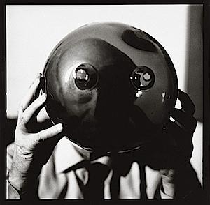 Lothar Wolleh: Lucio Fontana mit Kugel
