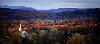 Die Kirche von Turner Village in Maine ragt aus dem im Indian Summer knallbunten Herbstwald. (Keystone / AP / The Lewiston Sun-Journal Jose Leiva)