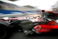 Lewis Hamilton vom McLaren Team verlässt die Box zum Training auf dem Kurs von Interlagos bei Sao Peulo in Brasilien. Nicht obwohl, sondern weil hier gar nichts im Fokus ist, entfaltet das Bild eine impressionistische Wirkung, die ihresgleichen sucht. (Keystone / EPA / Sebastiao Moreira)
