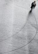 Der australische Superbike-Ducati-Fahrer Troy Bayliss im freien Training auf der Rennstrecke von Portimao in Portugal. Wenn die Linie stimmt, wird der Fahrer nebensächlich - im Bild und im Rennen. (Keystone / EPA / Mario Cruz)