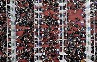 Studenten auf der ersten Jobmesse dieses Jahres in Wuhan, China. (Keystone / AP / Zhou Chao)