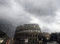 Das Kolosseum in Rom durch die Windschutzscheibe eines Scooters. (Keystone / AP / Victorio Borgia)