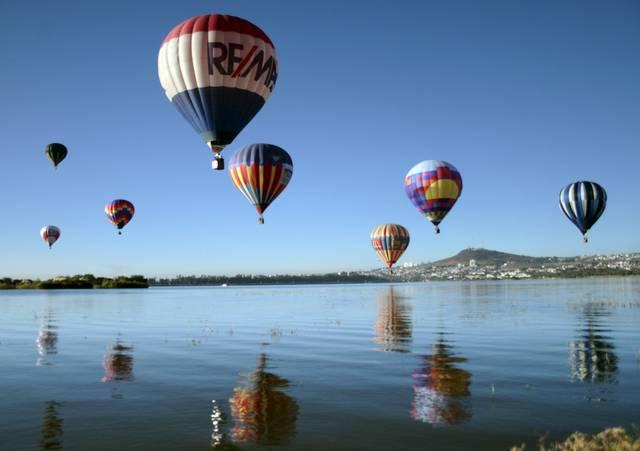 Hundert Ballone starten gleichzeitig über dem Palote-Damm bei Leon in Mexico. (Keystone / AP / Denisse Pohls)