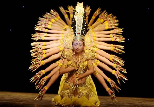 Die Mitglieder der chinesischen Tanztruppe Behinderter verzückte das Publikum in Algier. (Keystone / AP / Mohamed Messara)