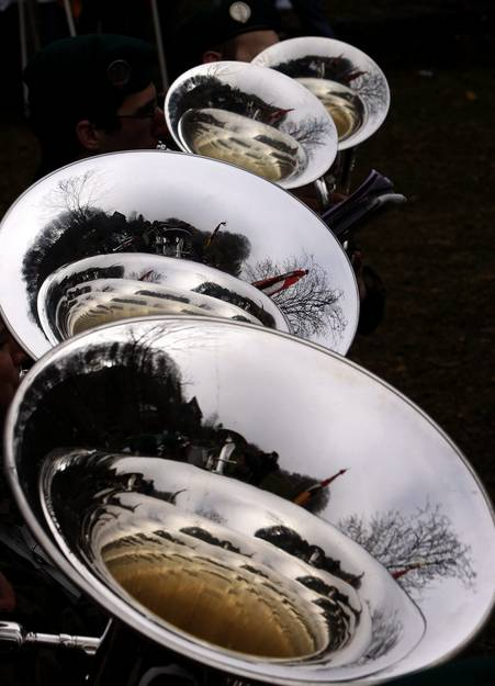 Die Tubas des Spiels der Schweizer Armee an der Feier zur Schlacht am Morgarten. Fotografisches Konfekt. (Keystone / Sigi Tischler)