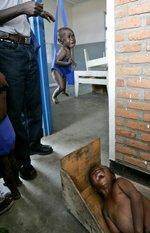 Kinder werden in einer Aufnahmestation für Vertriebene in Kibati im Kongo gewogenund gemsessen. ( Keystone / AP / Karel Prinsloo)