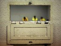 Terrorismus-Verdächtige in Camp Cropper in Baghdad, gesehen durch die Luke in der Zellentür. (Keystone / AP / Maya Alleruzzo)