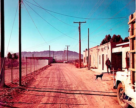 Stephen Shore: Alley, Presidio, Texas, February 21, 1975, Inv.-Nr. 000914, Haus der Photographie / Sammlung F.C. Gundlach, Hamburg