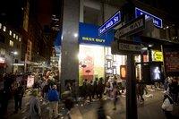 'Black Friday' nach Thanksgiving ist der USA wichtigster Shopping-Tag. Kunden in der Schlange vor einem Elektronikhändler in new York. Wimmelbild mit vielen Spannungspunkten. (Keystone / EPA / Michael Nagle)