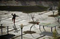 Eine Frau bei ihrer Morgenroutine mit einem Schwert in einem Vorort von Peking. (Keystone / AP / Alexander F. Yuan)