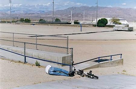 Tobias Zielony: Dirt Field, aus der Serie: Trona - Armpit of America, 2008, © Tobias Zielony