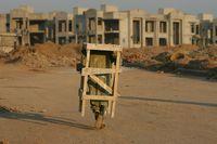 Ein Pakistanischer Bauarbeiter trägt ein gerüst zur Baustelle in Bahria. (Keystone / EPA / Oliver Mathys)