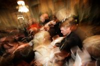 Der französische Literatur-Nobelpreisträger Jean-Marie Gustave Le Clezio verteilt Autogramme an einer Lesung in Schweden. Isolierung durch Stillstand: Spannendes Konzept für ein Action-Porträt. (Keystone / AP / Frederik Persson)