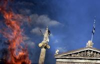 Athena schaut über die in Flammen aufgehenden Müllhaufen in Athen hinweg. (Keystone / AP / Lefteris Pitarakis)
