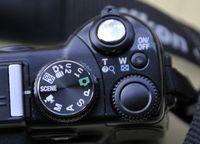Nikon Coolpix P6000 mit dem Einstellrad einer SLR. (© ps)