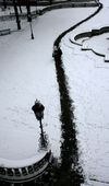 Trampelpfad im frischen Schnee von München. Linienführung und Kontrast machen das Bild, die minimalen Farbschleier im Schnee sorgen für Stimmung. (Keystone / EPA / Franke Leonhardt)