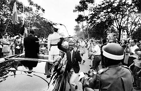 Robert Lebeck: Junger Kongolese stiehlt König Bauduin den Degen, Leopoldville 1960